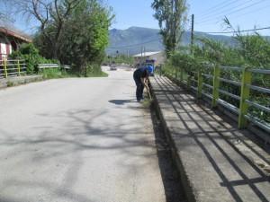 Ο αντιδήμαρχος Καθαριότητας και Περιβάλλοντος Βασίλης Παπαβασιλείου ενώ 'ξεχορταριάζει' την γέφυρα του Λούρου ποταμού