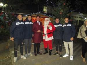 Ο δήμαρχος Ζηρού με τον Άγιο Βασίλη και με ποδοσφαιριστές του Εθνικού Φιλιππιάδας, που έδωσαν το 'παρών'  στην τελετή έναρξης